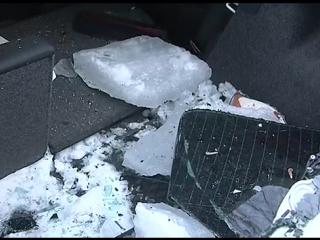В Воронеже водитель чудом спасся от глыбы снега, рухнувшей с крыши