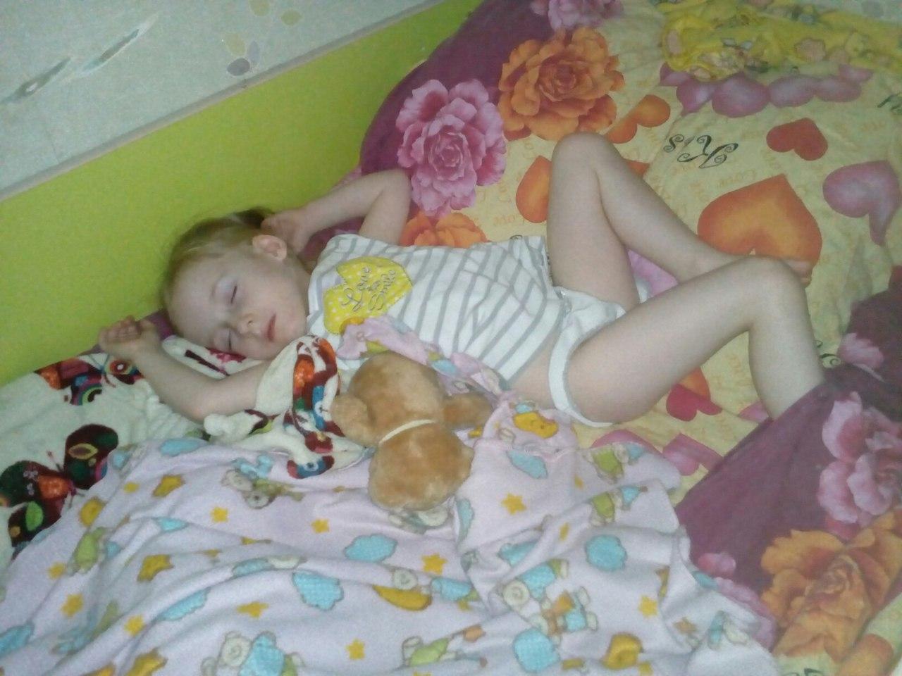 Поставили дочку раком, Поставили раком и трахают дочь и маму 24 фотография