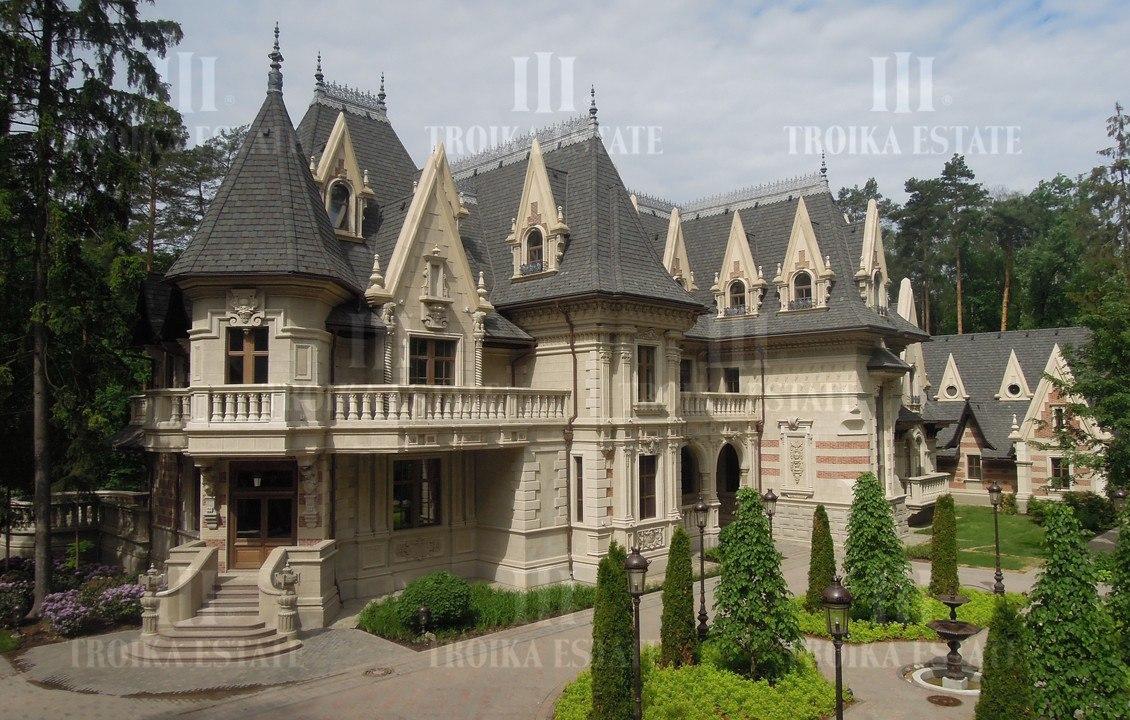 Замок в Довиле на берегу озера