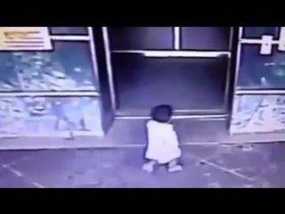 Мать жестко пнула дочку