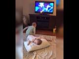 Близнецы разыгрывают сценки из мультфильма