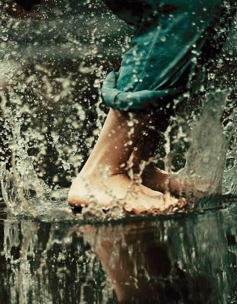 Некоторые люди наслаждаются дождем, другие просто промокают.  @ Боб...