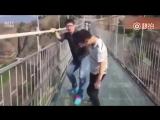 стеклянный мост и туристы