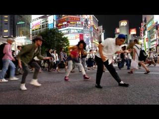 Люди в разных частях мира танцуют под Black or White Майкла Джексона