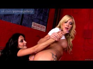 Зрелая лесбиянка лижет попу и киску молодой подруге и вставляет пальчик