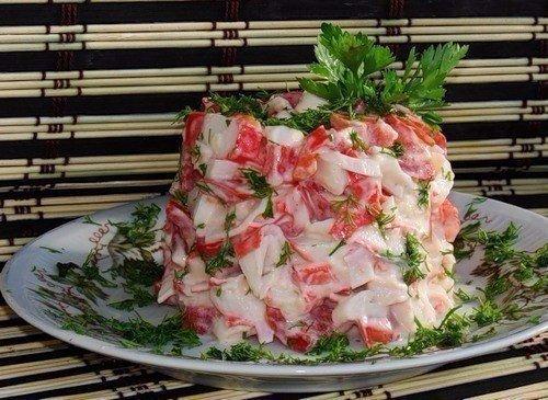 Салатик из крабовых палочек с помидорами Ингредиенты: - 150