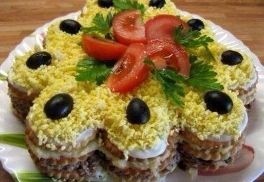 Салат - торт из крекеров Ингредиенты: ~250 гр. соленых