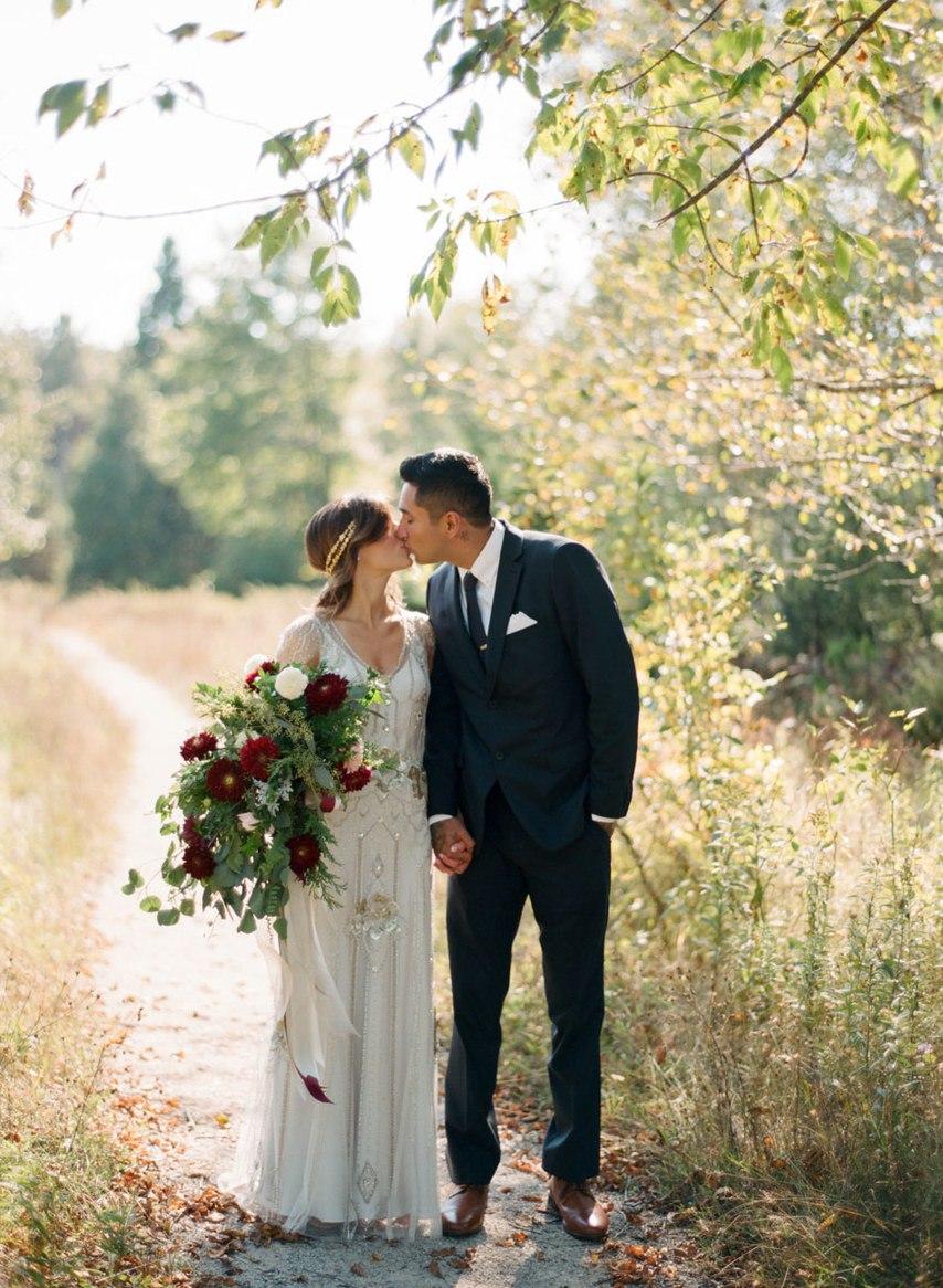 ekdT835n3bo - Романтическая свадьба на берегу озера (26 фото)