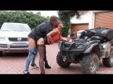 Barbara Bieber - очкастая соска пришла выбирать авто и была отрахана продавцом прямо на улице. Трахает сучку не снимая одежды