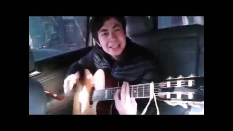 Парень красиво играет на гитаре и поет песню Четыре та ...
