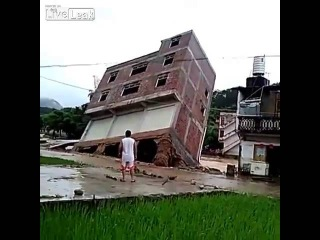 LiveLeak com Flood washes building into river - LOOD смывает здания в реку