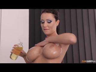 Скриншот: Patty Michova девушка с обалденной фигурой полностью голая мажется маслом перед душем [ большие сиськи жопа попа пока порно ]