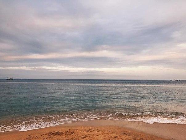 Riz Есентаев: Прошло больше 30 часов с тех пор как мы стартовали наше путешествие, и вот наконец мы достигли цели - прекрасный остров Панган. Уставшие, но довольные ждем заселения в отель) #phangan #thailand #sea #ocean #щлякатрип