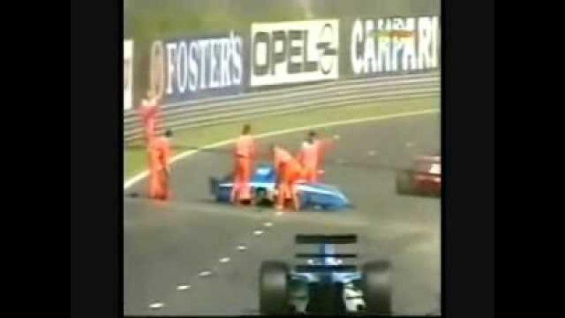 Ayrton perde a corrida pra ajudar seu companheiro
