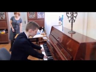 Парень без пальцев играет на пианино музыку из фильма