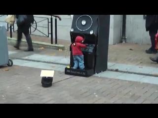 Крутит музыку Dj
