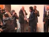 Франция Мануэль Вальс бросает голосование во втором туре праймериз Социалистической Партии.