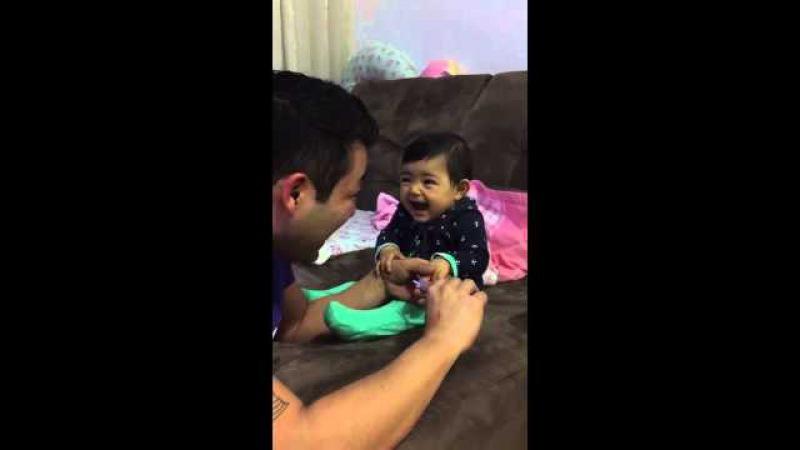 Cette Petite Fille qui fait Semblant d'avoir Mal quand son Papa lui Coupe les Ongles