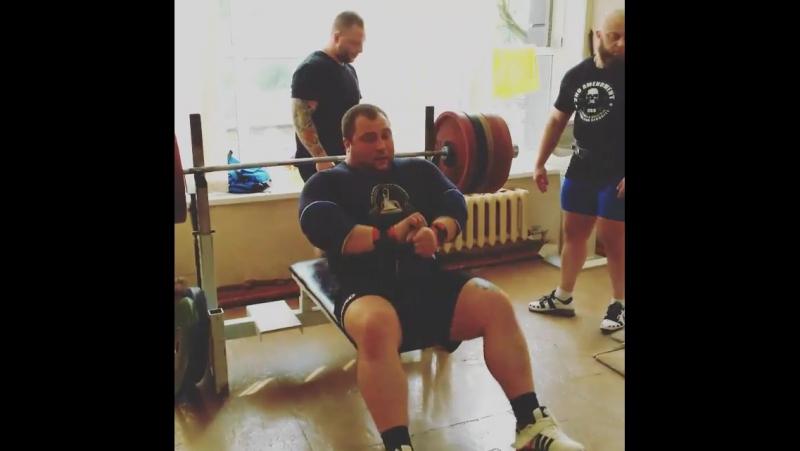Павел Колохин жмёт 265 кг без экипировки 10 подход.