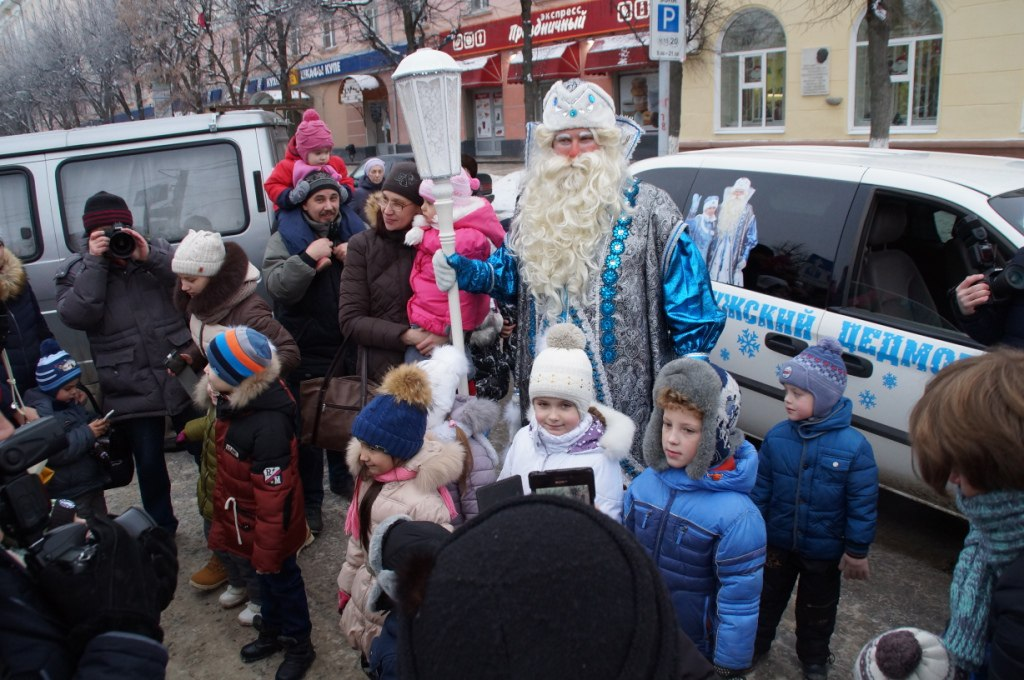 Дедушка Мороз приехал вКалугу сКурочкой