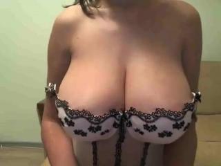 Большегрудая сучка трясет сиськами по вебке вирт общение чат секс большая натуральная грудь