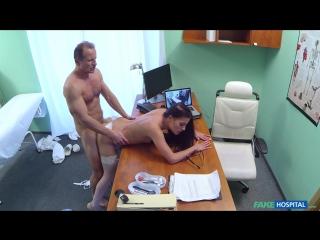 Порно - Доктор кончил в сексуальную стажёршу Evelline Dellai - [Fake Hospital] (2016)