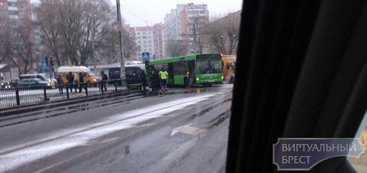 В Бресте переходя дорогу на красный свет, женщина попала под колеса автобуса