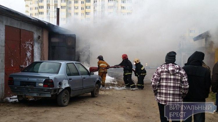 В гаражном кооперативе «Южное» сгорели два автомобиля, пострадал человек