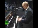 Путин играет на рояле.Прикол.