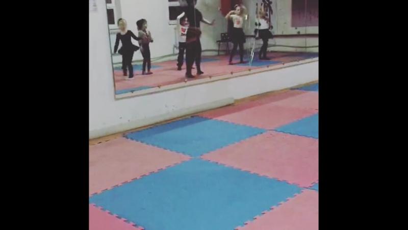 Нора обучение детей.Второй урок.Индия танец в стиле Болливуд » Freewka.com - Смотреть онлайн в хорощем качестве