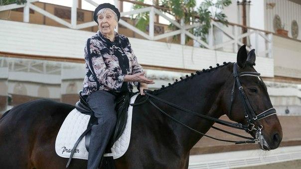Обскакала королеву: 95-летняя россиянка стала самой пожилой всадницей...