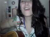Novinha tocando violão