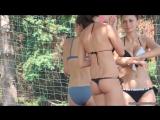 Девушки на пляже в стрингах и купальниках