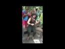 Орангутан трогает туристку за грудь Safari World Бангкок