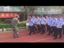 Тупой китайский патрульный полицейский учится маршировать  Clumsy Chengguan can't keep up with coordinated march