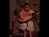 Маленький мальчик играет на домбре. А сколько эмоций!
