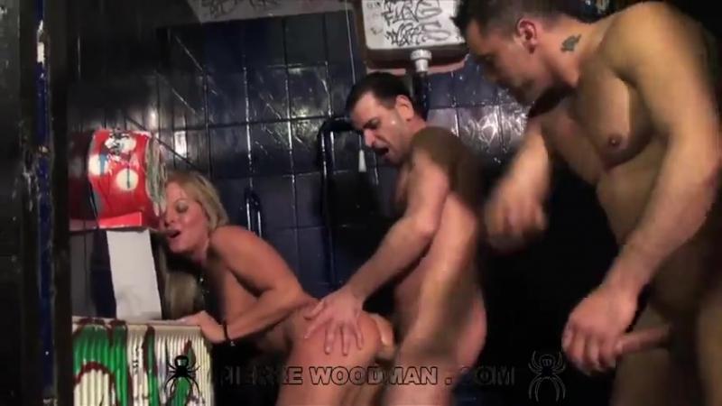 порно три пьяных парня ебут барменшу будет день