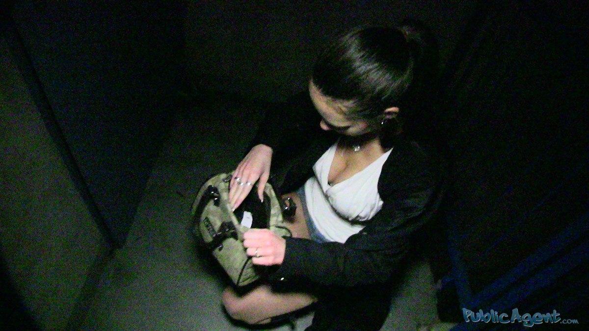 PublicAgent: Lola (Чешская девушка с большой грудью)