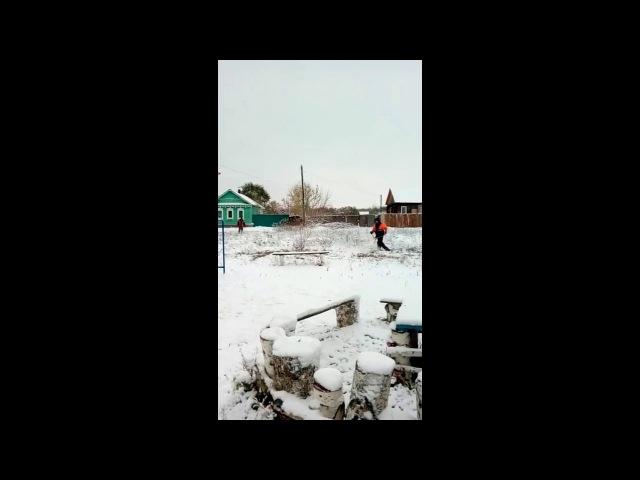 20161103 В Сызрани косцы косили траву под первым снегом