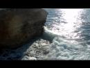 Море неуклонно делает свою работу подмывая мягкую породу берега, углубляя трещины и пещеры.