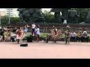 Индейцы играют на улице в Москве