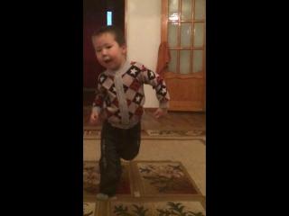 Он классно танцует да 😂😂😍😍😘😘