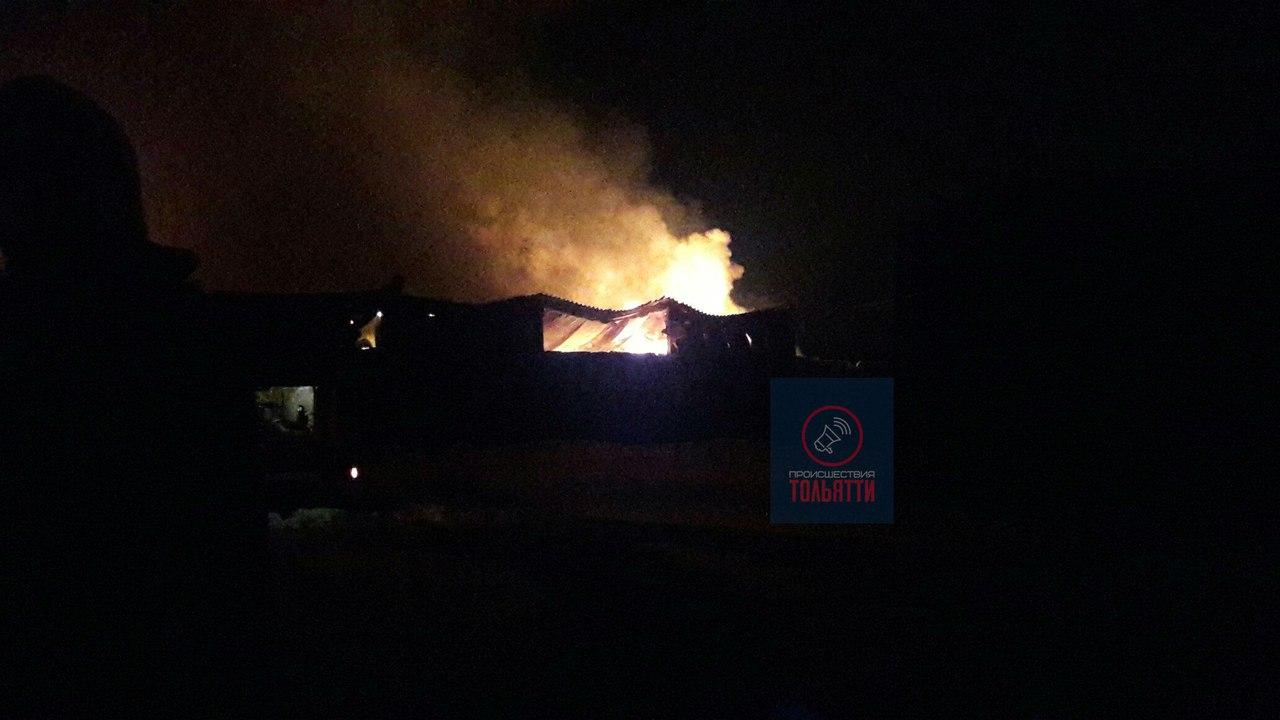 Мощный пожар вспыхнул после взрыва наскладах вТольятти