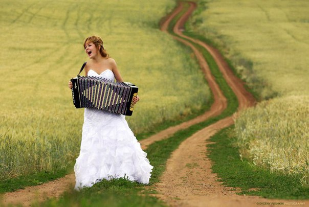Я играю на гармошке у прохожих на виду,  После вуза нужно как-то зараб