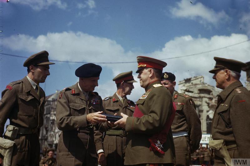 Награждение советских маршалов в Берлине орденами Британской империи.