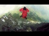 Красивый прыжок со скалы в костюме-криле
