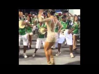 Бразильянка с накаченными ногами танцует