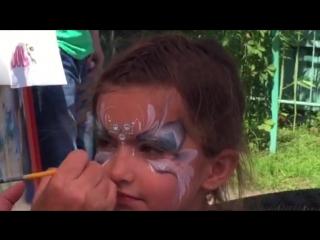 папа решил снять на видео впечатление дочери от рисунка))
