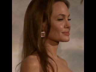 Анджелина Джоли сведет все татуировки, связанные с Брэдом Питтом (Angelina Jolie plans to re...