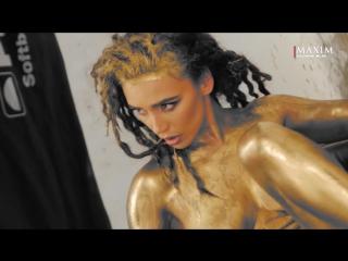 Ольга Серябкина (Molly) голая в золотой краске на съемках для журнала Maxim Россия (май 2016) 1080p
